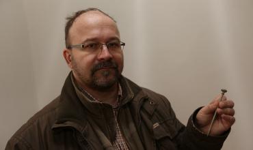 Petr Brestovanský s jehlicí v ruce