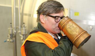 Adolf Fridriksson ochutnává svijanské pivo