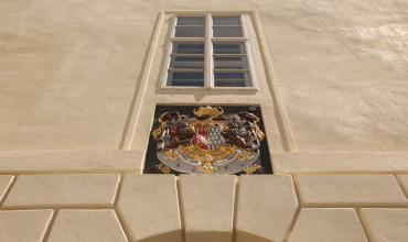 Erb nad vchodem do zámku