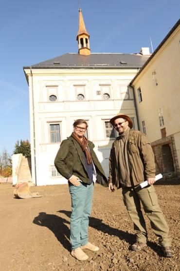 Islandský a český archeolog na nádvoří zámku
