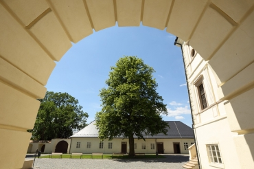 Pohled ze zámku na starou školu
