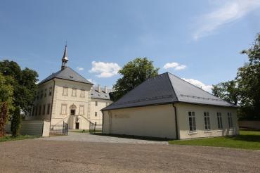 Zámek a stará škola