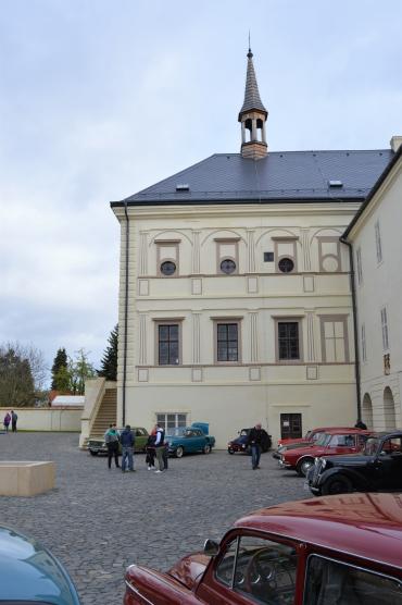 Nádvoří zámku a výstava veteránů