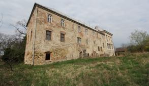Pohled zpoza zámku